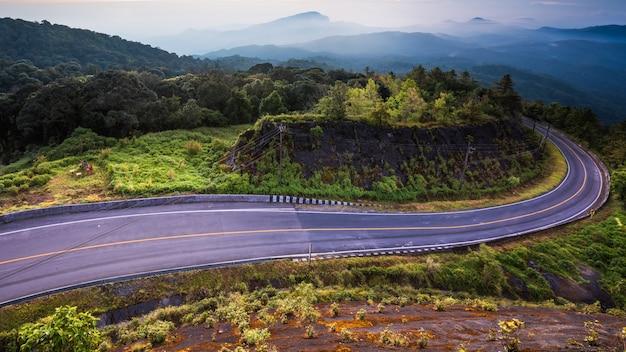 Piękny góry i drogi krajobraz z wschodem słońca lokalizować doi inthanon, chiang mai, tajlandia