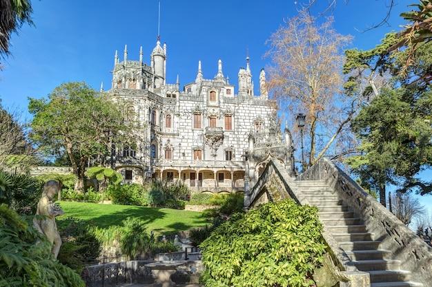 Piękny gotycki zamek z czasów regaleira rokoko.