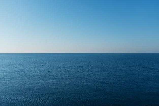 Piękny horyzont morza czarnego o zachodzie słońca.