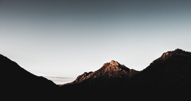 Piękny horyzontalny strzał góry podczas dnia