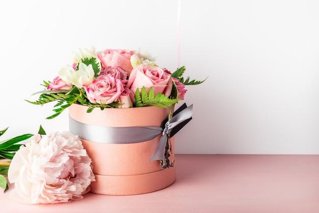 Piękny i delikatny bukiet kwiatów w pudełku na kapelusze