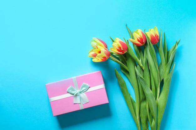 Piękny i kolorowy bukiet tulipanów oraz pudełko