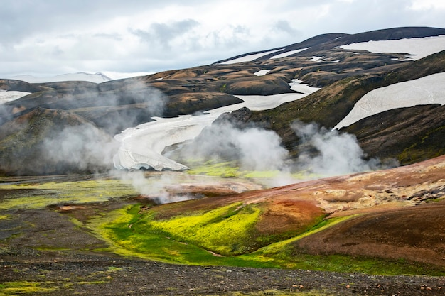Piękny i kolorowy krajobraz górski w landmannalaugar na islandii. podróże i malownicze miejsca do wędrówek.