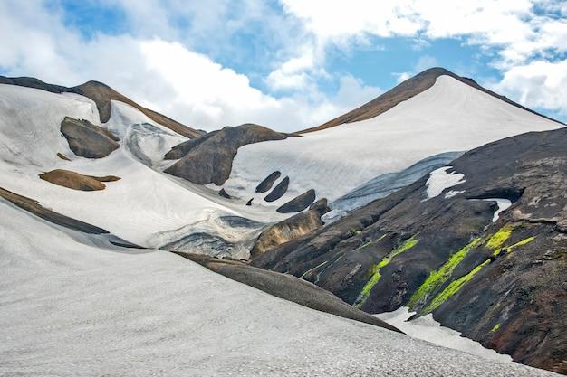 Piękny i kolorowy krajobraz górski w landmannalaugar na islandii. przyroda i miejsca na wspaniałe podróże