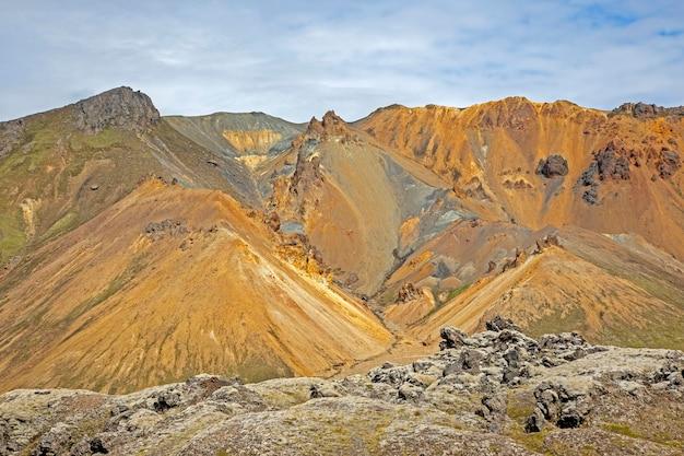 Piękny i kolorowy krajobraz górski w landmannalaugar na islandii