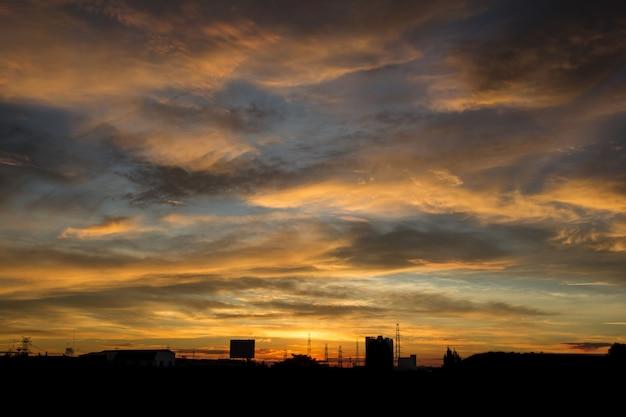Piękny i kolorowy zachód słońca. kolor pomarańczowy.