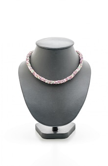 Piękny i luksusowy naszyjnik z biżuterią na szyi