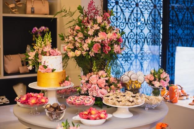 Piękny i luksusowy stół z tortami weselnymi i słodyczami