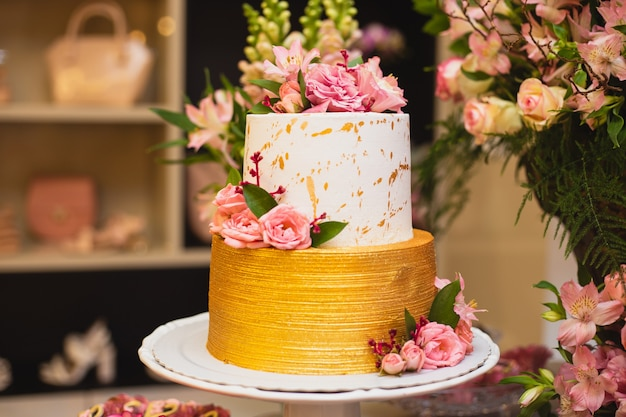 Piękny i luksusowy tort weselny