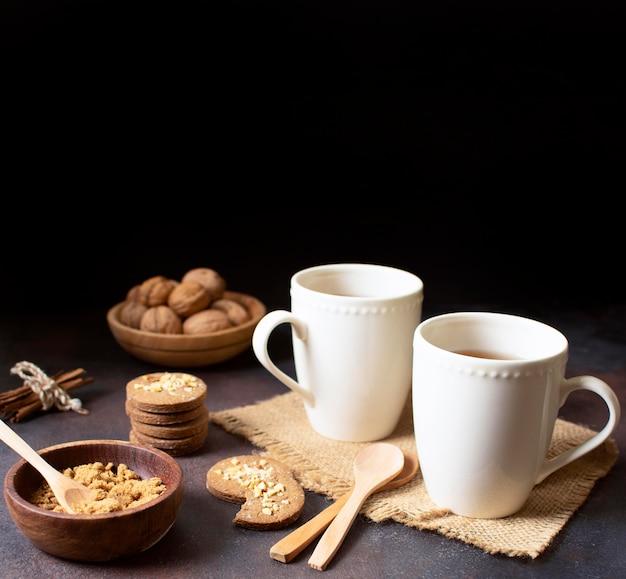 Piękny i pyszny deser z filiżankami kawy