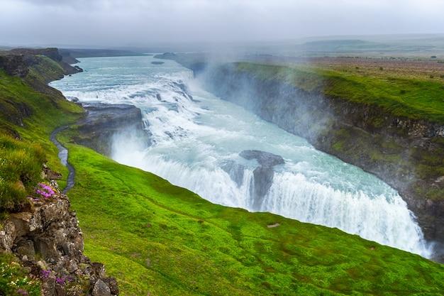 Piękny i słynny wodospad gullfoss