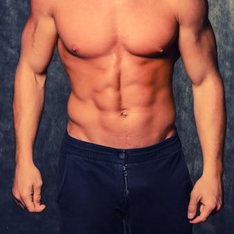 Piękny i zdrowy wysportowany kaukaski muskularny młody człowiek.