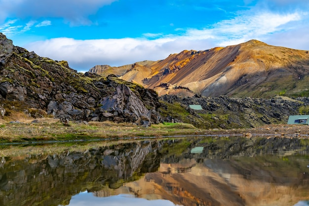 Piękny islandzki krajobraz górski z dużym jeziorem i odbiciem w landmannalaugar w highlands of iceland