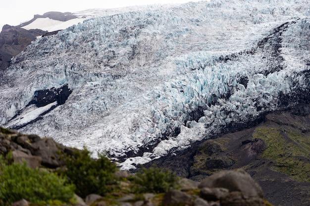 Piękny islandzki krajobraz z popiołem lodowcowym i zieloną trawą