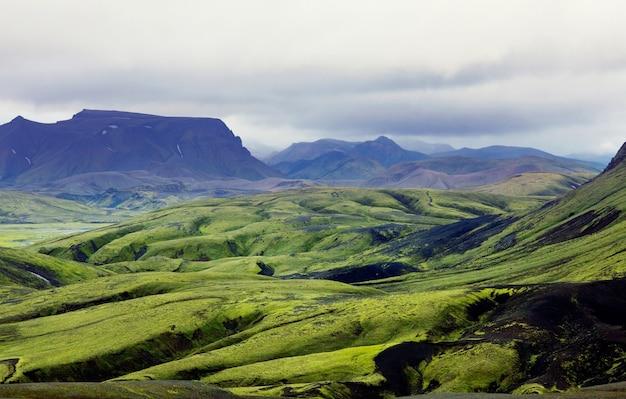 Piękny islandzki krajobraz. zielone góry wulkaniczne przy pochmurnej pogodzie.