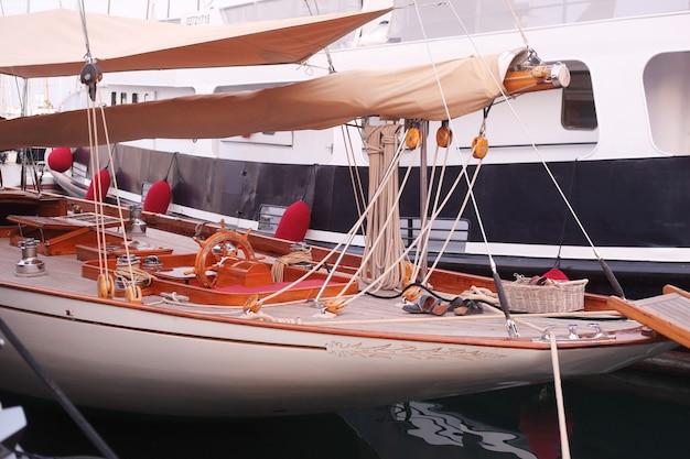 Piękny jacht w zatoce