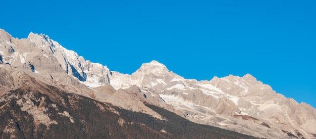 Piękny jade dragon snow mountain lub yulong w języku chińskim, punkt orientacyjny i popularne miejsce dla turystów w pobliżu starego miasta w lijiang. lijiang, yunnan, chiny