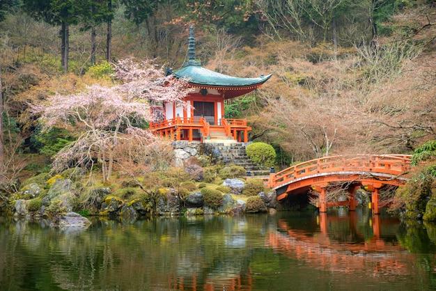 Piękny japończyka ogród przy daigo-ji świątynią z czereśniowym okwitnięciem podczas wiosna sezonu w kwietniu wewnątrz, kyoto, japonia.
