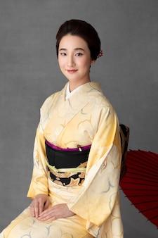 Piękny japoński model z czerwonym parasolem