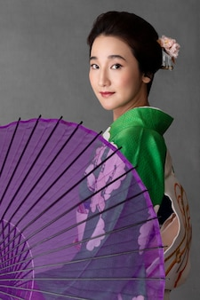 Piękny japoński model z fioletowym parasolem