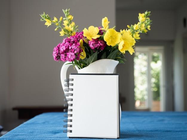 Piękny, jasny bukiet kwiatów na białym tle