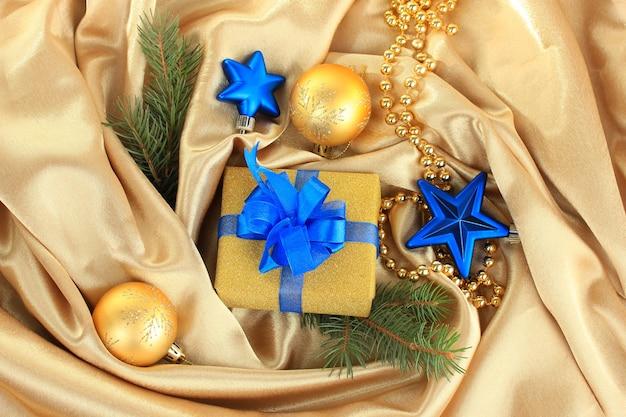 Piękny jasny prezent i świąteczny wystrój, na jedwabnej tkaninie