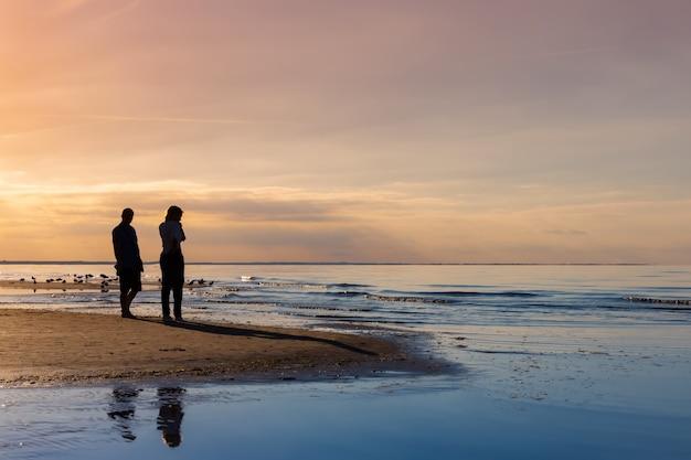 Piękny jasny zachód słońca nad morzem bałtyckim. naturalna ściana. łotwa. poświata, wieczorny spokój