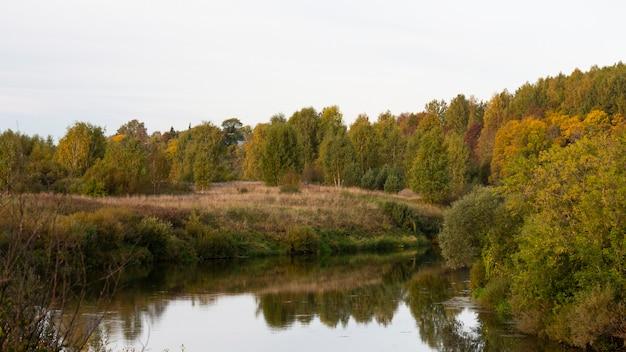 Piękny jesienny dzień nad rzeką.