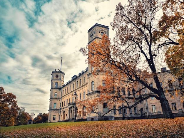 Piękny jesienny krajobraz z drzewem w pobliżu starego pałacu. gatchina. rosja.