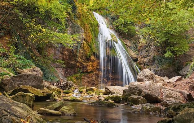 Piękny jesienny krajobraz z wodospadem dzur-dzur na krymie