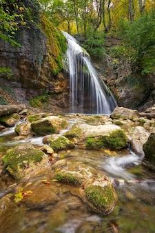 Piękny jesienny krajobraz z wodospadem