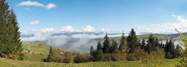 Piękny jesienny poranek w pobliżu obrzeży wsi karpat (karpaty, ukraina). sześć zdjęć ściegu.