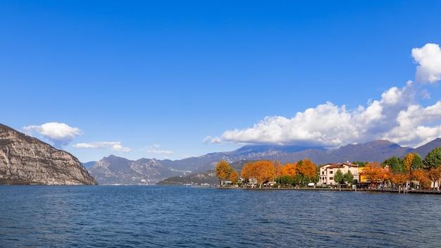Piękny jesienny widok na miasto iseo nad jeziorem iseo