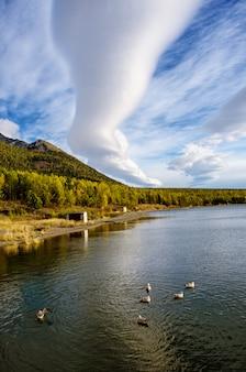Piękny jeziorny bajkał z górami i chmurami