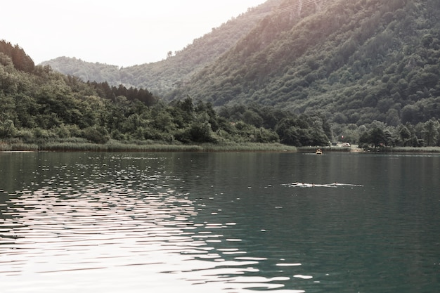 Piękny jezioro blisko zielonej góry