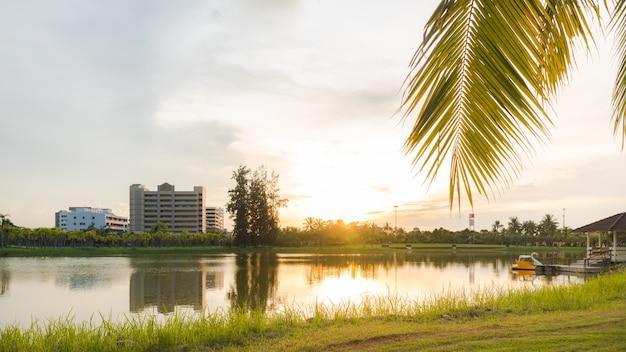 Piękny jezioro krajobraz z światłem słonecznym w ranku