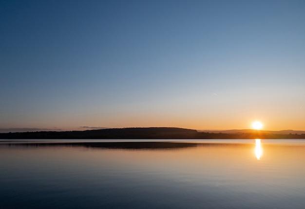 Piękny jezioro w zmierzchu czasie, polska