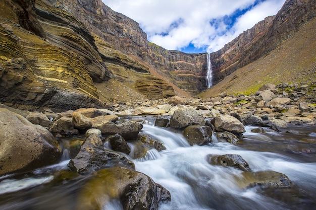 Piękny kadłub hengifoss widziany wzdłuż rzeki w islandii
