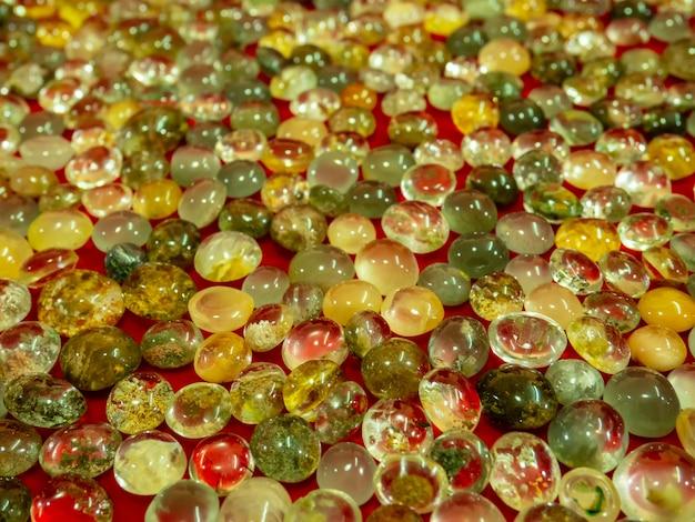 Piękny kamień ze szkła naturalnego. jasny stos kryształowego kamienia.