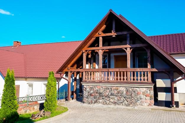 Piękny kamienny dom mieszkalny wśród zieleni w jasny, słoneczny dzień.
