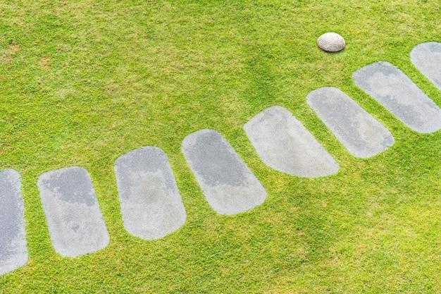 Piękny kamienny szlak spacer i biegnij po ogrodzie
