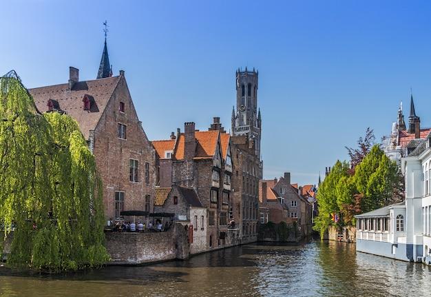 Piękny kanał i tradycyjne domy na starym mieście w brugii