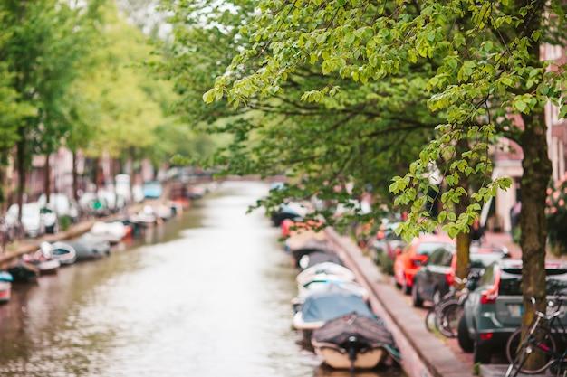 Piękny kanał na starym mieście w amsterdamie w prowincji holandia północna