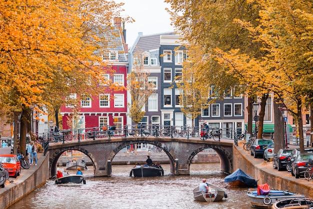 Piękny kanał w starym mieście amsterdam, holandia, północna holandia prowincja.