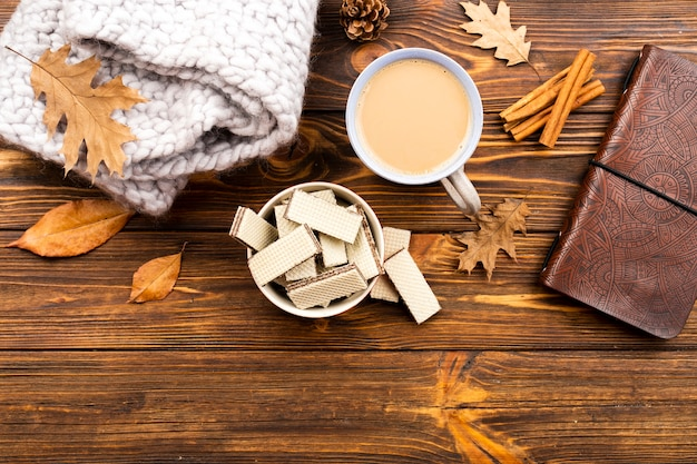 Piękny kawy i opłatków układ na drewnianym tle
