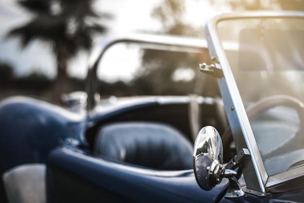 Piękny klasyczny samochód sportowy w stylu vintage