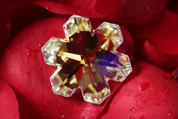 Piękny klejnot szklany w kształcie gwiazdy, czerwone płatki róż