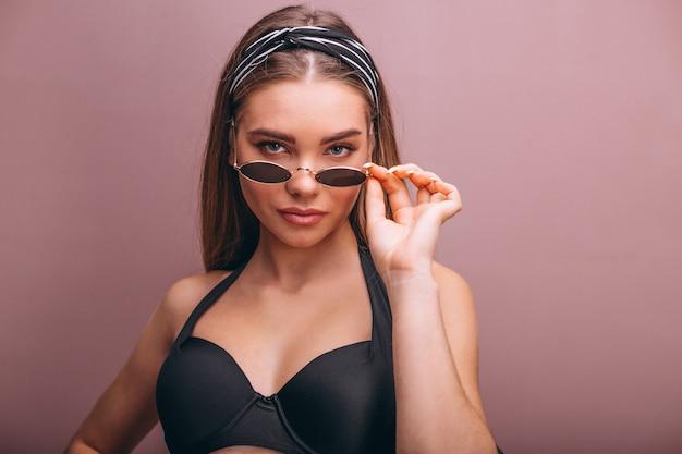 Piękny kobieta model w swimminmg kostiumu odizolowywającym