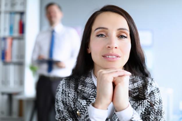 Piękny kobieta szef w kostiumu obsiadaniu w biurze