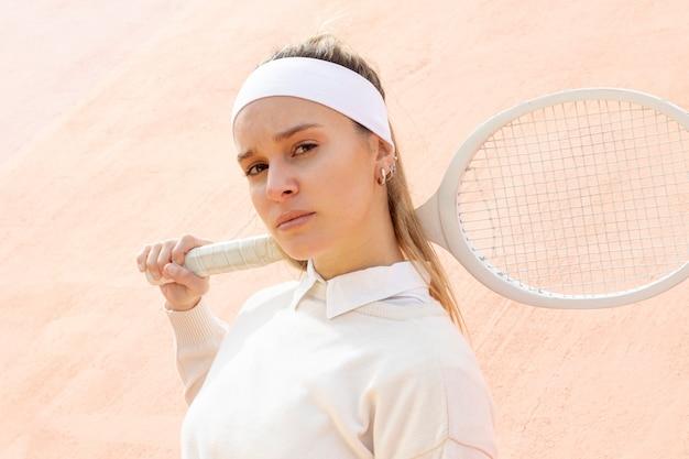 Piękny kobiety gracz w tenisa plenerowy